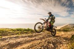 Cavaleiro da bicicleta de Enduro Fotos de Stock