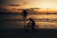 Cavaleiro da bicicleta em Boracay Fotografia de Stock