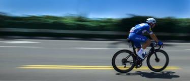 Cavaleiro da bicicleta no azul durante uma raça Fotos de Stock Royalty Free