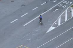 Cavaleiro da bicicleta que cruza pistas vazias em Barcelona fotos de stock royalty free