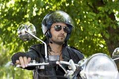 Cavaleiro da motocicleta na natureza Imagens de Stock Royalty Free