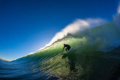 Cavaleiro da ressaca da onda da cavidade da manhã Imagem de Stock