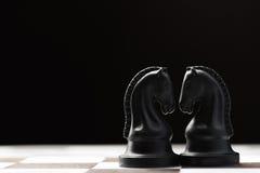 Cavaleiro da xadrez no tabuleiro de xadrez Fotos de Stock