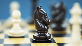 Cavaleiro da xadrez no tabuleiro de xadrez Uma figura chave no jogo Foto de Stock