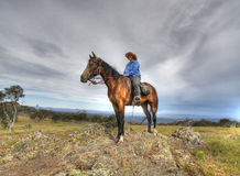 Cavaleiro das mulheres em uma montanha fotos de stock royalty free