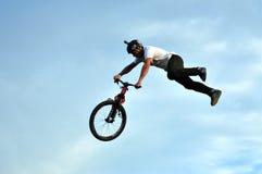 Cavaleiro de BMX que faz uma bicicleta saltar Imagens de Stock