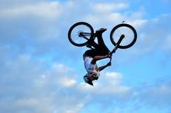 Cavaleiro de BMX que faz uma bicicleta saltar Fotos de Stock Royalty Free