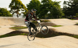 Cavaleiro de BMX wheely fotos de stock royalty free