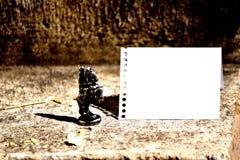 Cavaleiro de bronze Chessman Set da parte de xadrez ao lado e enfrentando a folha vazia do caderno espiral rasgada fora e dobrada fotografia de stock royalty free
