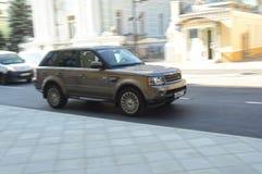 Cavaleiro de Range Rover nas ruas de Moscou imagens de stock royalty free