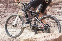 Cavaleiro deficiente do Mountain bike entre rochas Foto de Stock