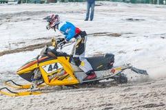 Cavaleiro do carro de neve na trilha do esporte Imagens de Stock Royalty Free