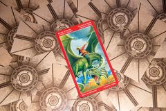 Cavaleiro do cartão de tarô das espadas Plataforma do tarô do dragão Fundo esotérico Fotografia de Stock