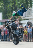 Cavaleiro do conluio em uma bicicleta do esporte, em uma batalha do conluio Imagens de Stock Royalty Free