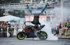 Cavaleiro do conluio em uma bicicleta do esporte, em uma batalha do conluio fotografia de stock royalty free