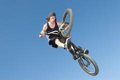 Cavaleiro do estilo livre BMX que começ o ar Foto de Stock