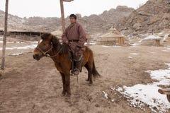 Cavaleiro do Mongolian e acampamento de ger Imagem de Stock