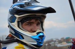 Cavaleiro do motocross em um capacete imagem de stock royalty free