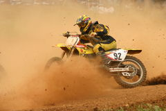 Cavaleiro do motocross na curva com poeira na face Fotos de Stock