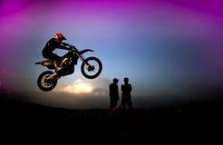 Cavaleiro do motocross nas silhuetas Fotos de Stock Royalty Free