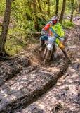 Cavaleiro do motocross que espirra a lama no terreno molhado e enlameado Competições abertas no motocross na província de Varese Imagem de Stock Royalty Free