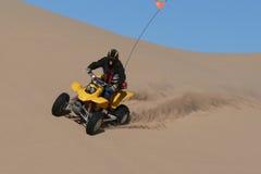 Cavaleiro do quadrilátero na bacia das dunas de areia Fotografia de Stock