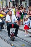 Cavaleiro do 'trotinette' no Dia da Independência de Ucrânia Imagem de Stock