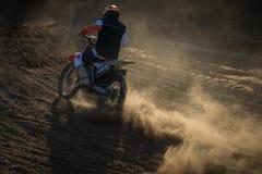 Cavaleiro durante a raça do motocross Fotografia de Stock Royalty Free