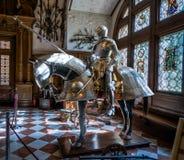Cavaleiro e cavalo na armadura de brilho fotografia de stock royalty free
