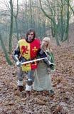 Cavaleiro e empregada doméstica bravos na floresta fotos de stock