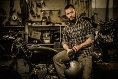 Cavaleiro e sua motocicleta do café-piloto do estilo do vintage Foto de Stock Royalty Free