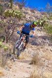 Cavaleiro em declive da bicicleta Fotografia de Stock Royalty Free