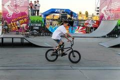 Cavaleiro extremo de BMX no capacete no skatepark na competição Fotos de Stock