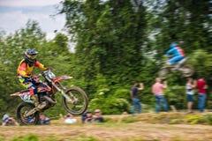Cavaleiro extremo do ESPORTE do enduro MOTO na ação Fotografia de Stock
