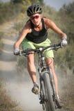 Cavaleiro fêmea da bicicleta de montanha Imagens de Stock