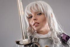 Cavaleiro fêmea na armadura de brilho imagem de stock