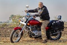 Cavaleiro indiano sênior da bicicleta do motor em um cruzador Imagens de Stock Royalty Free