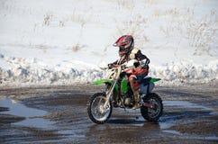 Cavaleiro júnior do motocross que move-se em linha reta fotografia de stock royalty free