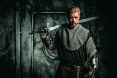 Cavaleiro medieval com espada e armadura imagem de stock