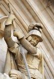 Cavaleiro medieval que mata um dragão Imagem de Stock