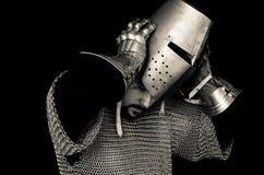 Cavaleiro medieval que remove o capacete Imagens de Stock