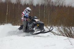 Cavaleiro movente rápido do carro de neve Foto de Stock