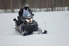 Cavaleiro movente rápido do carro de neve Fotos de Stock Royalty Free