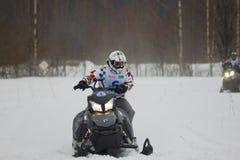 Cavaleiro movente rápido do carro de neve Foto de Stock Royalty Free