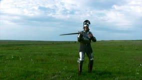 Cavaleiro na armadura com uma espada video estoque