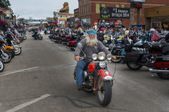 Cavaleiro na rua principal da cidade de Sturgis, em South Dakota, EUA, durante a reunião da motocicleta de Sturgis do anuário Fotos de Stock