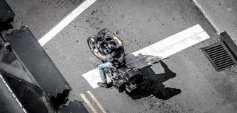 Cavaleiro nervoso da motocicleta com sombra Imagem de Stock