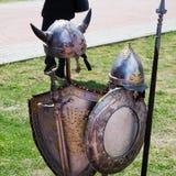 Cavaleiro no cruzado antigo do combate das idades de prata da armadura foto de stock royalty free