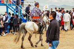 Cavaleiro no deel tradicional do Mongolian na corrida de cavalos de Nadaam Fotos de Stock Royalty Free