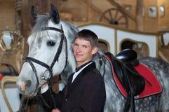 Cavaleiro novo com cavalo de corrida Imagem de Stock Royalty Free